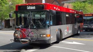 Racks para bicicletas em ônibus.