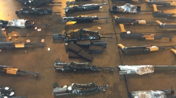Imagem de fuzis apreendidos no Aeroporto do Galeão em junho (Foto: Divulgação)